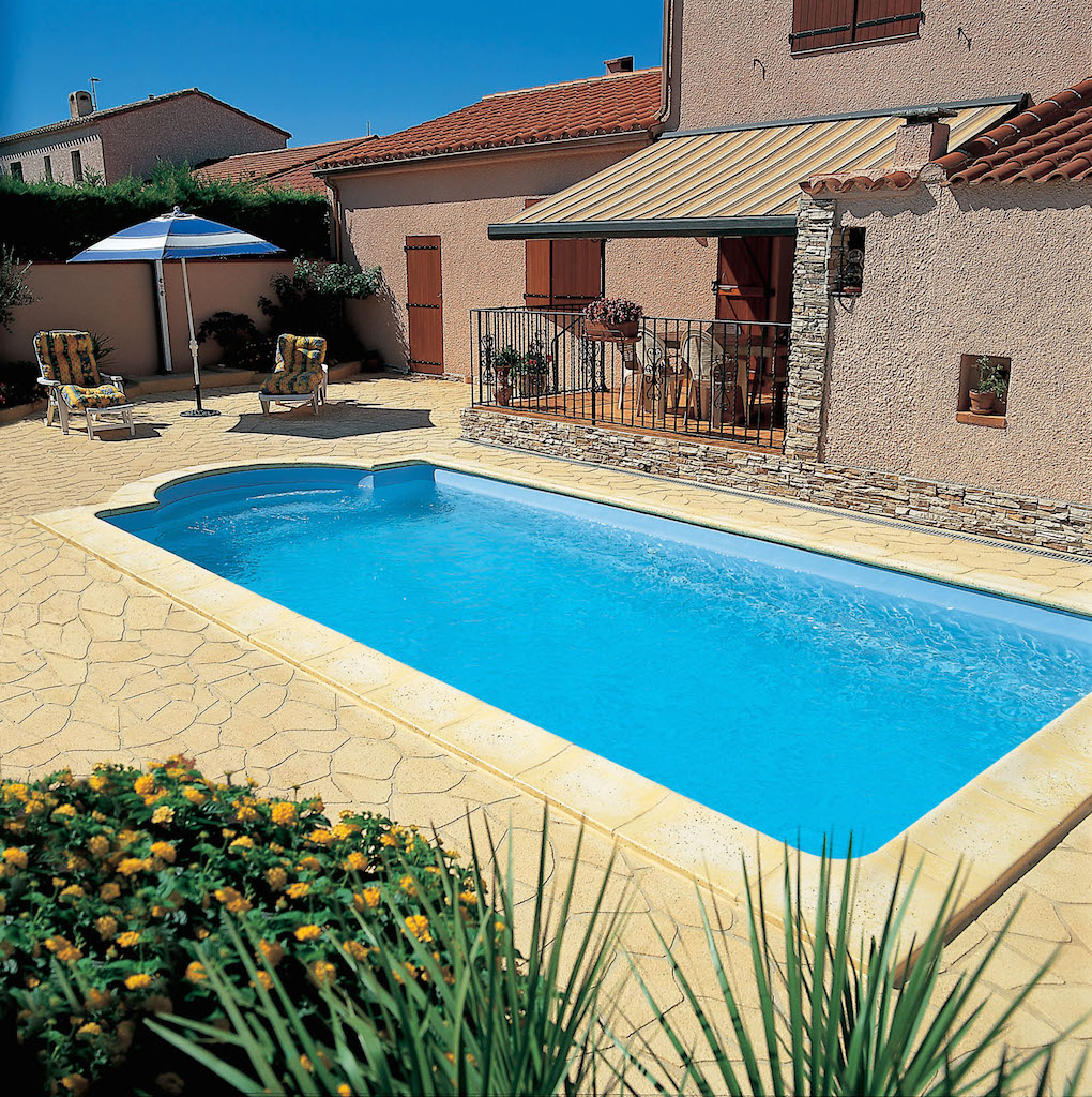 Vente piscine coque polyester arles installation piscine for Vente piscine coque